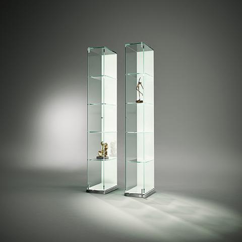 glasvitrine-dreieck-design-factum_vitrine_reinweiss_deko2_ps